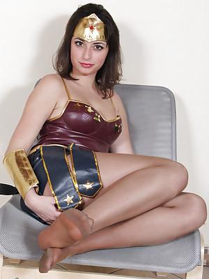 Wonderwoman shows her sexy bare feet